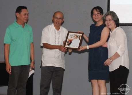 Dr. Coloso and current AQD Chief Dr. Felix Ayson gave a framed photo of Dr. Flores to his daughter Ms. Emi (in blue) and wife Mrs. Yoko