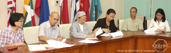 AQD Chief Dr. Felix Ayson (2nd from left) and SPU president Sr. Carolina Agravante sign the agreement with (L-R) AQD Administration and Finance Division head Ms. Kaylin Corre, Research Division head Dr. Ma. Junemie Hazel Lebata-Ramos, Deputy Chief Dr. Takuro Shibuno and SPU Research Director Ms. Imelda Olaguer as witnesses