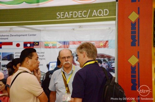 AQD's Dr. Relicardo Coloso (L) discussing the AQD milkfish premium diet with Dr. Patrick White (M) and Dr.Tom Shipton (R)
