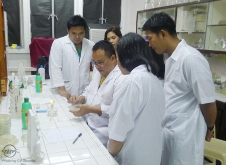 AQD scientist Dr. Rolando Pakingking Jr. with the trainees during their laboratory practicals