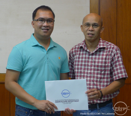 SEAFDEC/AQD Chief Dr. Felix Ayson gives a Certificate of Appreciation to Dr. Lazado