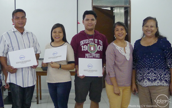 The participants showing their training certificates together with  SEAFDEC/AQD crab experts Dr. Fe Dolores Estepa (rightmost) and Dr. Emilia Qunitio