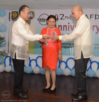 Senator Cynthia Villar receives plaque of appreciation from AQD Chief Felix  (R) and Deputy Chief Dr. Takuro Shibuno