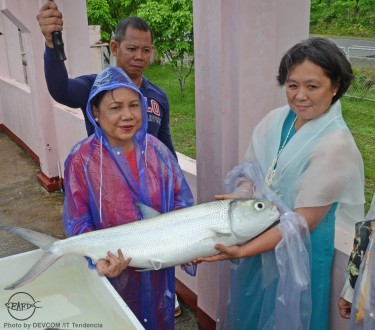 Research head Dr. Evelyn Grace Ayson (R) briefs Senator Villar about the management of AQD's milkfish broodstock