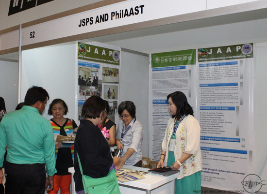 Dr. Eguia entertains visitors at the JSPS booth