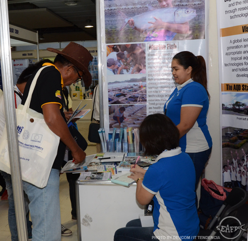 Shrimp Congress participants check out SEAFDEC/AQD publications