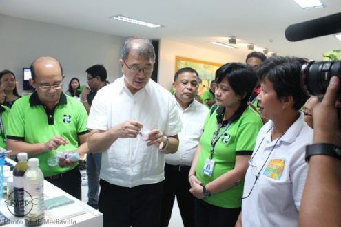 DOST Secretary Fortunato dela Peña (in white) and PCAARRD Acting Executive Director Reynaldo Ebora (in green) have a taste test of the abalone product while SEAFDEC/AQD's Training and Information head Dr. Ma. Junemie Hazel Lebata-Ramos (in white) explains the updates about the abalone project funded by PCAARRD
