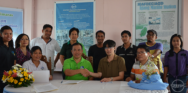 Mr. Sardina and Dr. Nakayasu seal the agreement as witnessed by DENR-PENRO Guimaras and SEAFDEC/AQD staff